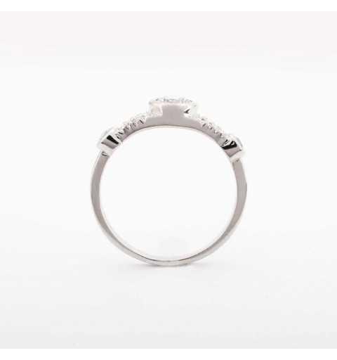 Srebrny pierścionek z eleganckim wzorem wysadzana cyrkoniami