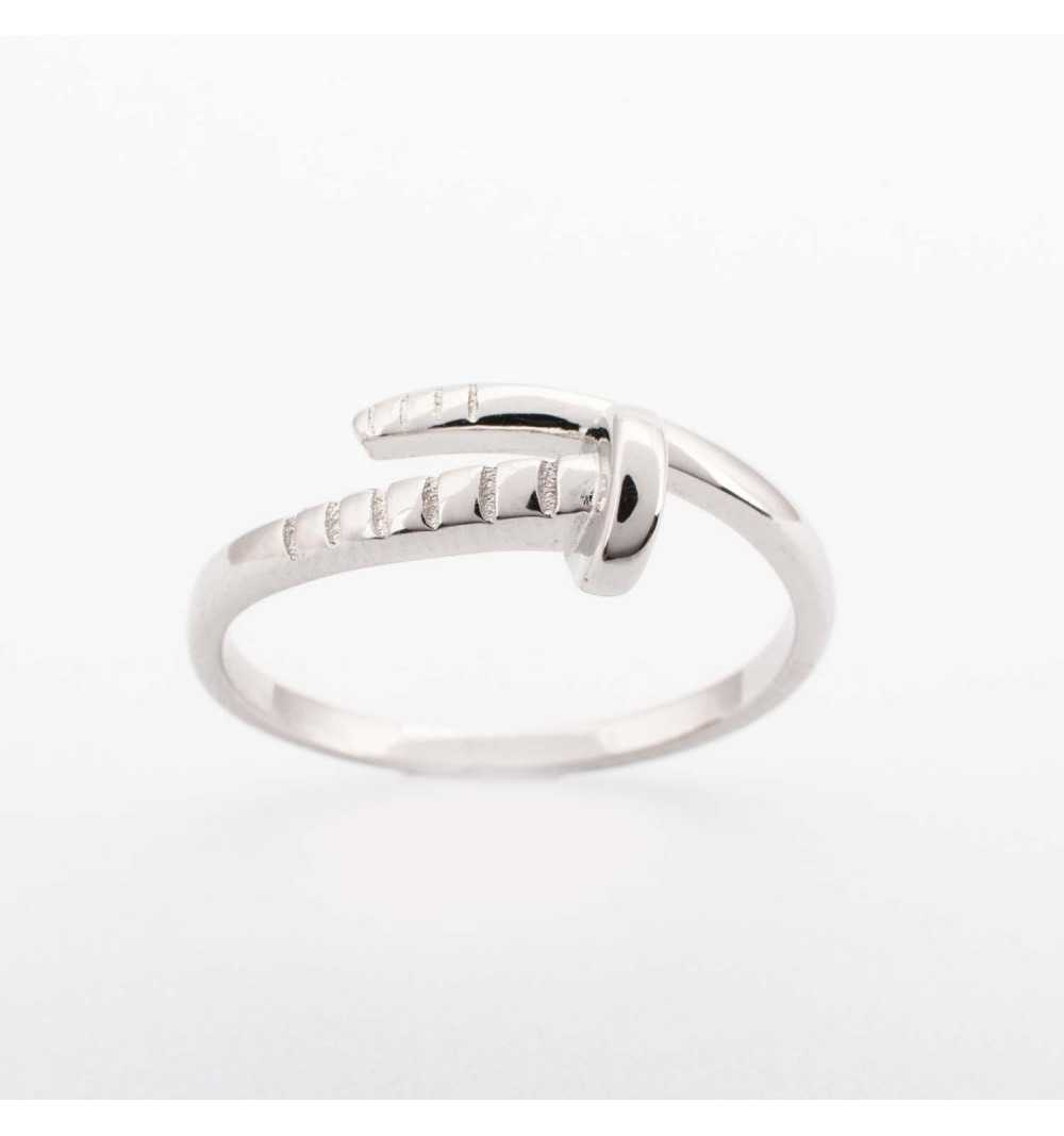 Srebrny pierścionek gwódź