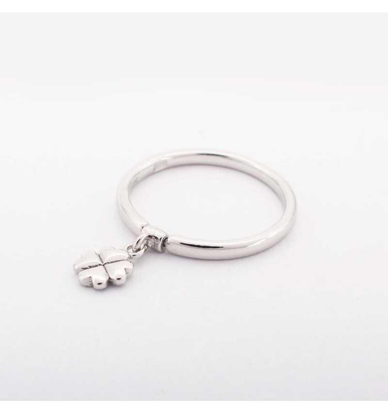 Srebrny pierścionek z charmsem koniczyna