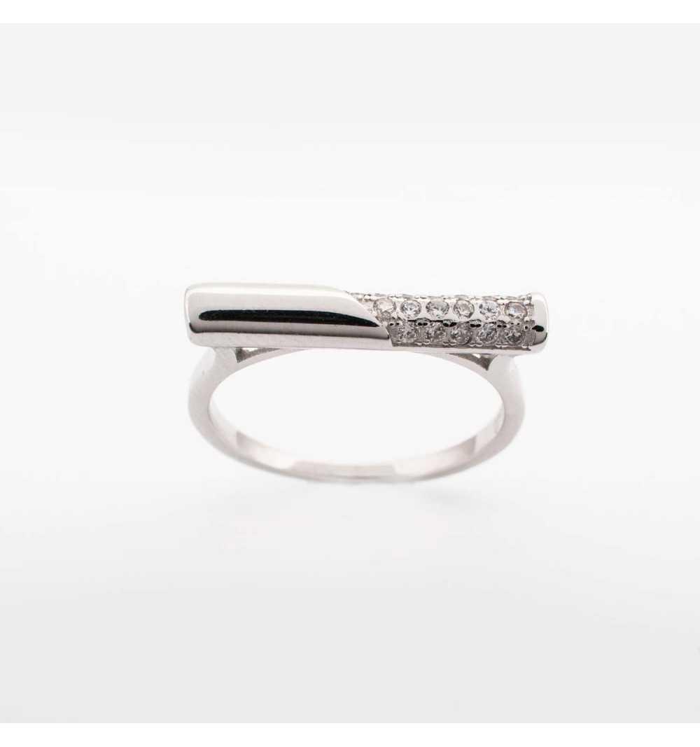 Srebrny pierścionek z prostym wzorem wysadzanym cyrkoniami