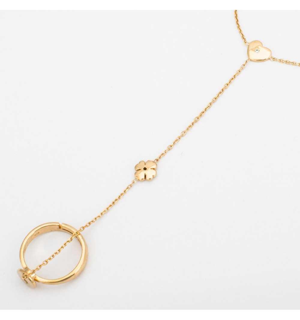 Pozłacana srebrna bransoletka połączona z pierścionkiem delikatnym łańcuszkiem z koniczyną