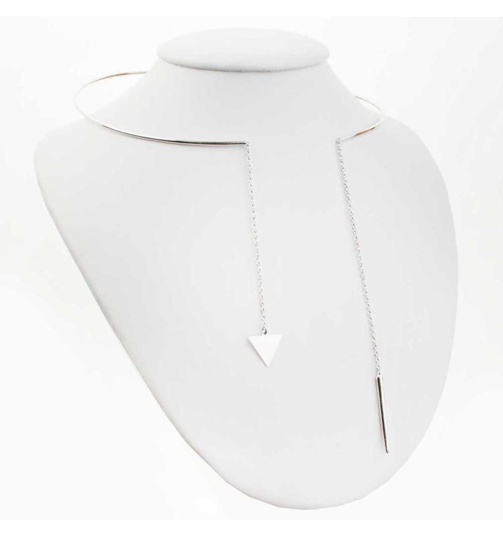 Srebrny naszyjnik z trójkątem i pałeczką zawieszonymi na niezakończonej obroży