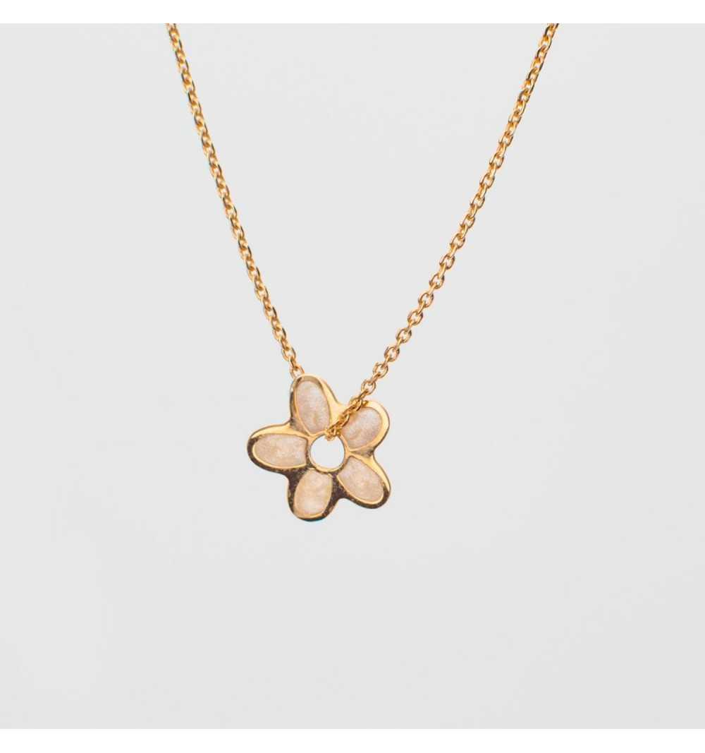 Złoty naszyjnik celebrytka kwiatek z masą perłową