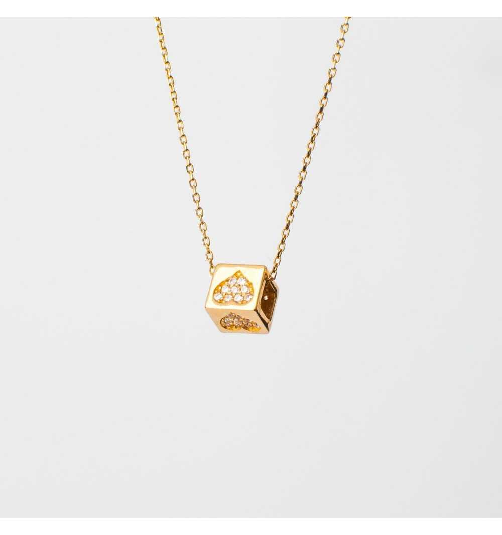Złoty naszyjnik celebrytka z kostką wysadzaną serduszkami z cyrkonii