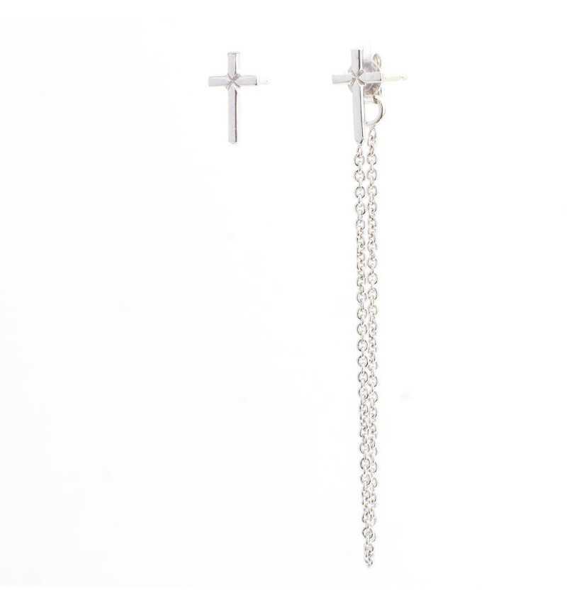 Asymetryczne srebrne kolczyki nie do pary z krzyżykami