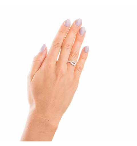 Srebrny pierścionek z plecioną ozdobą z cyrkoniami