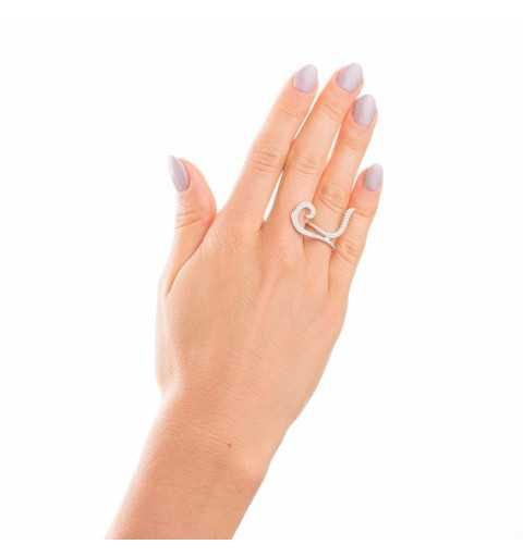 Srebrny pierścionek z zawijanym zdobieniem lekko nachodzącym na sąsiedni palec