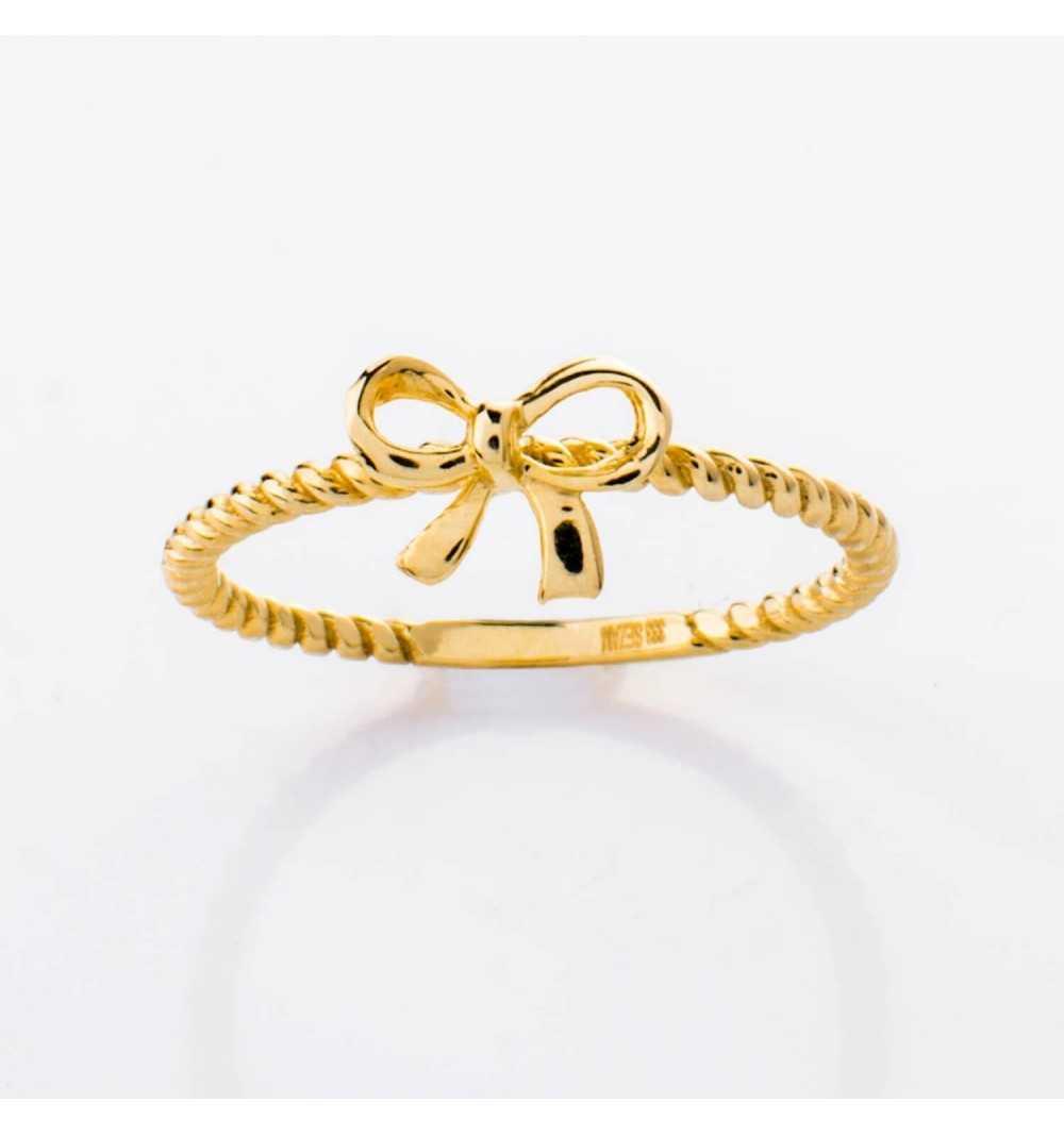 Złoty pierścionek z kokardką