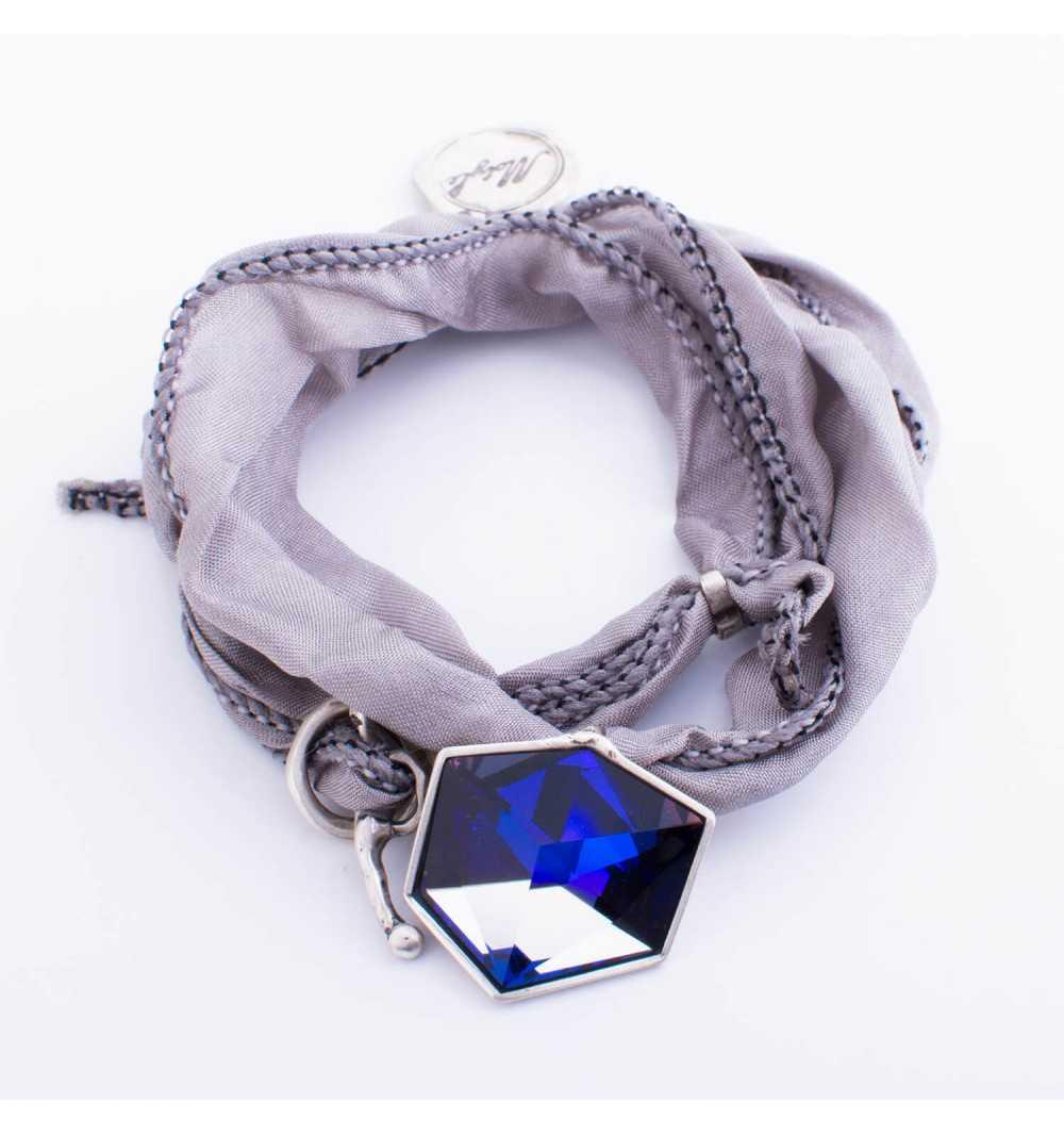 Srebrna bransoletka MOTYLE wykonana z naturalnego jedwabiu z Kryształem Swarovskiego Crystal Sahara antyczne srebro MJS3063