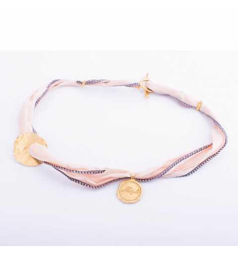 Bransoletka MOTYLE MJG3027 z naturalnego jedwabiu w kolorze pudrowego różu ze złoconym elementem