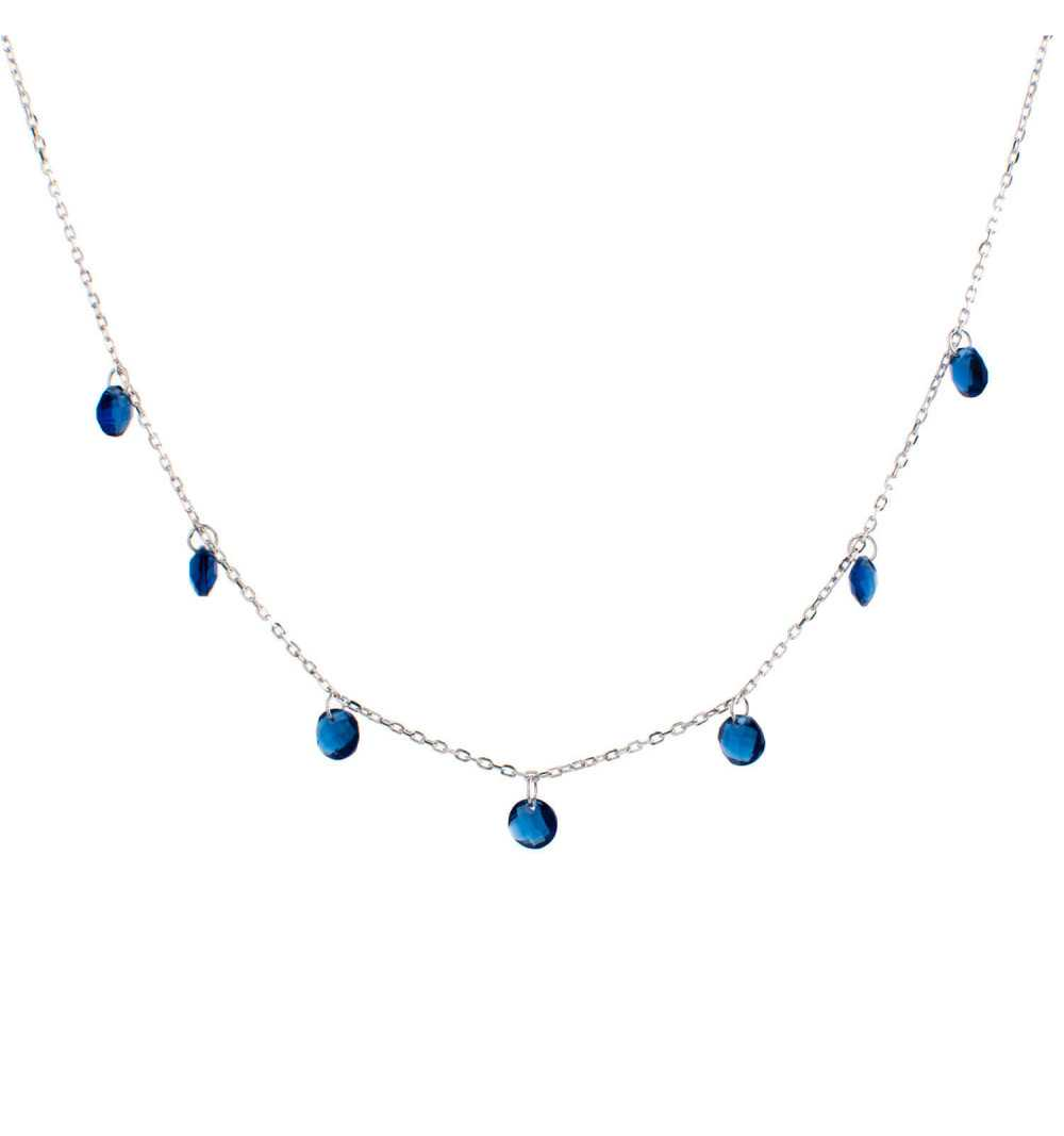 Srebrny naszyjnik z niebieskimi koralikami pod szyją