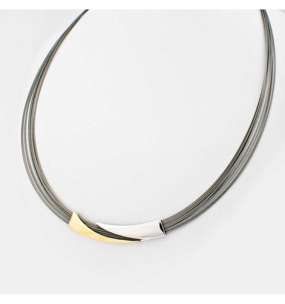 Srebrny naszyjnik pozłacaną ozdobą na stalowych linkach