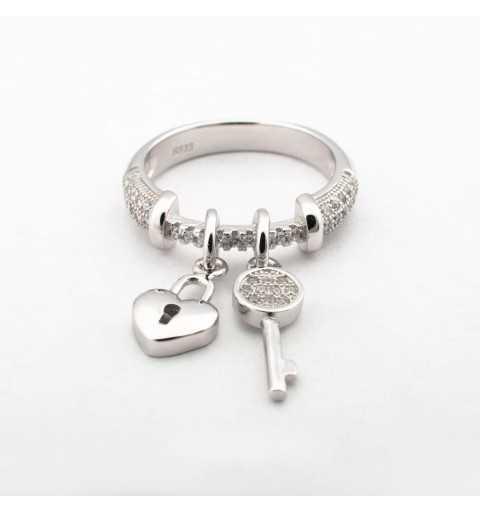 Srebrny pierścionek z cyrkoniami z serduszkiem i kluczykiem