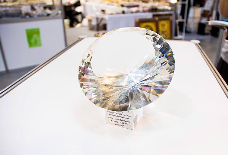 wyjątkowy brylant wykonany ze szkła przez firmę labera brylant lśniący tysiącem barw