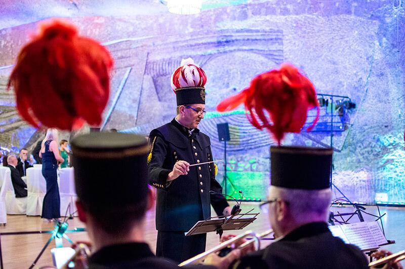 dyrygent orkiestry górniczej w kopalni soli w wieliczce mundur górniczy pióropusze na czapkach