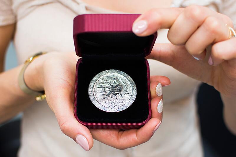 srebrna moneta pamiątkowa wykonana przez art studio wilkom targi biżuterii jubinale 2017