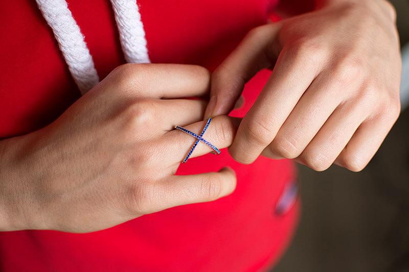 pierścionek X z niebieskimi cyrkoniami pierścionek elipsy modny pierścionek z cyrkoniami