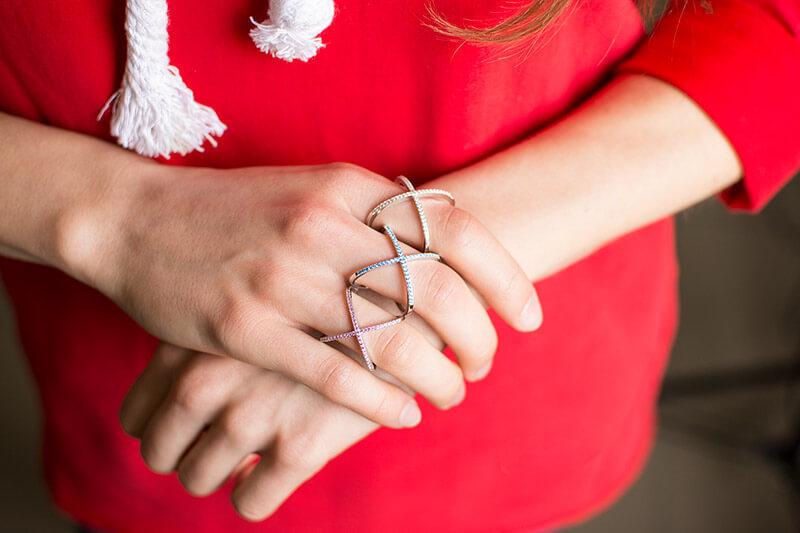 pierścionek elips pierścionek z niebieskimi cyrkoniami pierścionek X z różowymi cyrkoniami