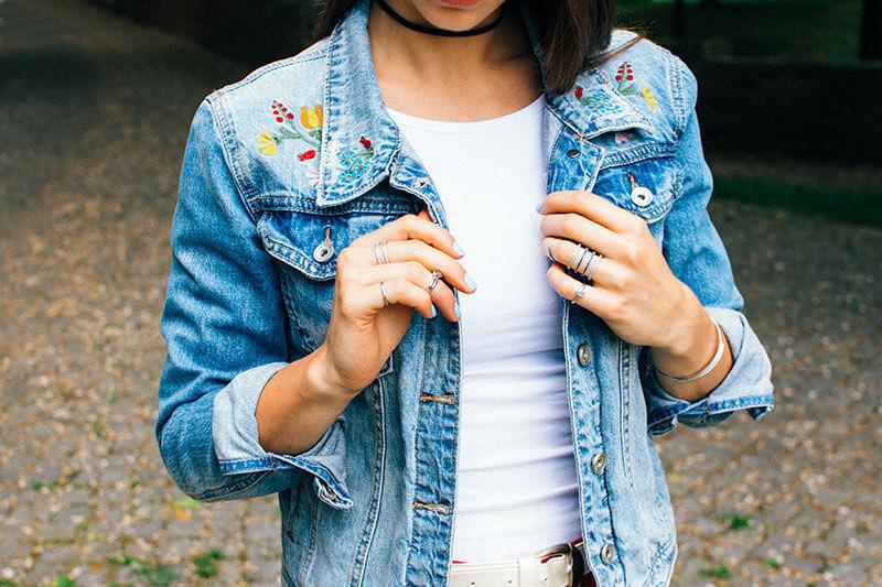 blanka w haftowanej jeansowej kurtce delikatne pierścionki na pół palca knuckle rings