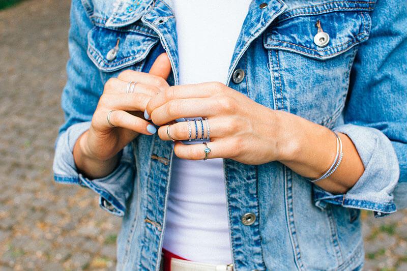 delikatne pierścionki pierścionek z niebieską cyrkonią blaanka w niebieskiej jeansowej kurtce