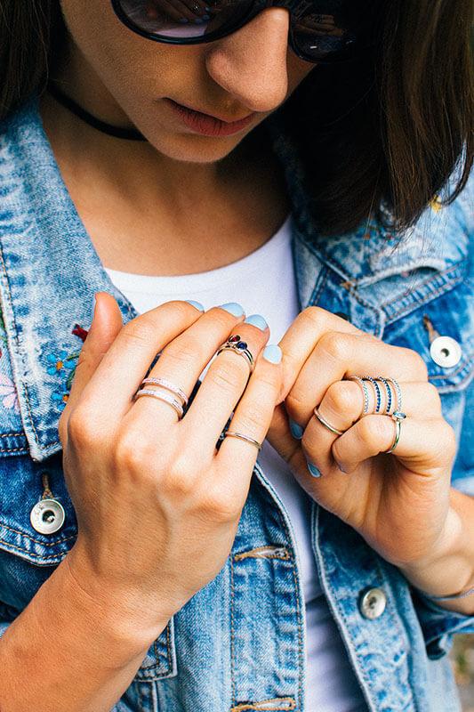 delikatne pierścionki na pół palca knuckle rings pierścionek z niebieską cyrkonią pierścionek tunel poczwórny