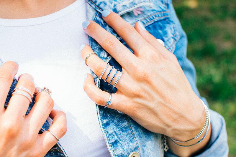 pierścionki na pół palca knuckle rings pierścionek tunel z niebieskimi cyrkoniami