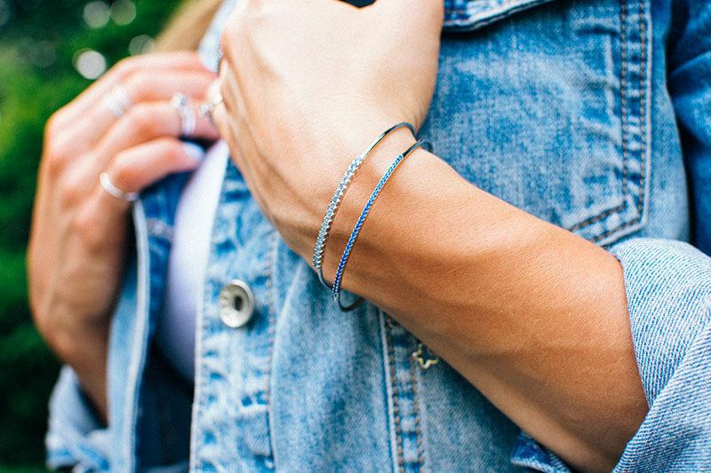 bransoletka z błękitnymi cyrkoniami blanka w niebieskiej kurtce jeansowe