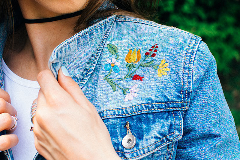modna haftowana katana niebieska kurtka jeansowa pierścionek tunel