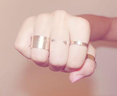 Pierścionki tradycyjne oraz kolczyki na palcu czyli finger piercing - oryginalna ozdoba dłoni.