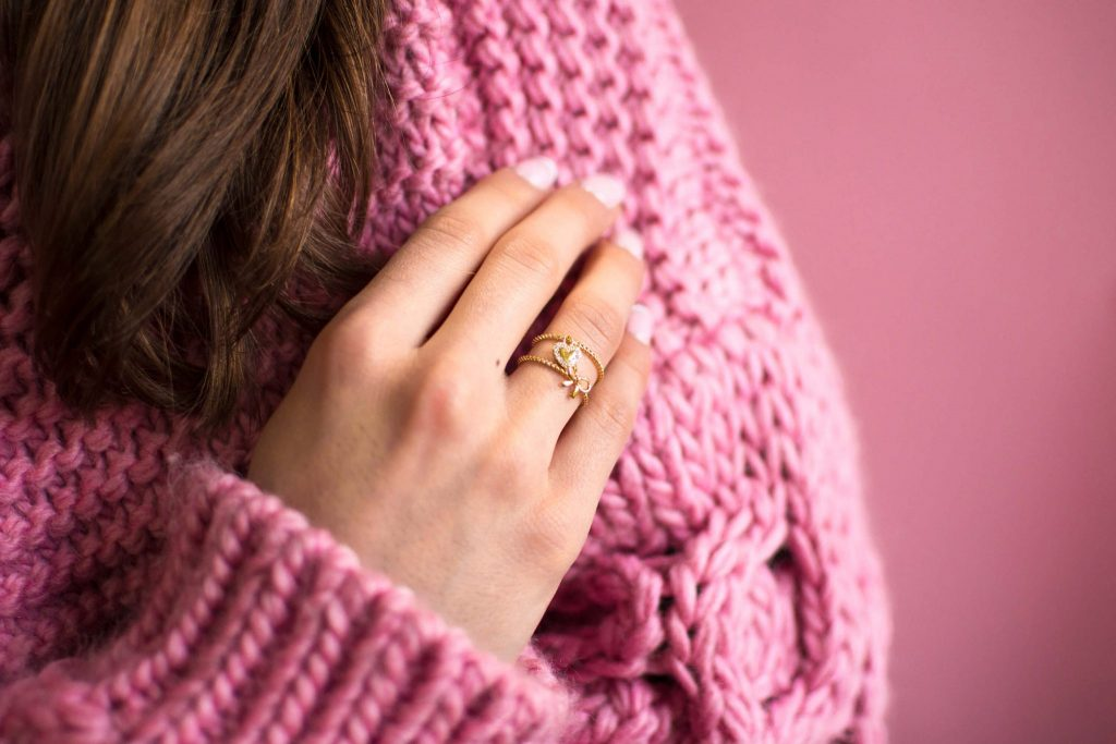 na której ręce i palcu nosić pierścionek zaręczynowy