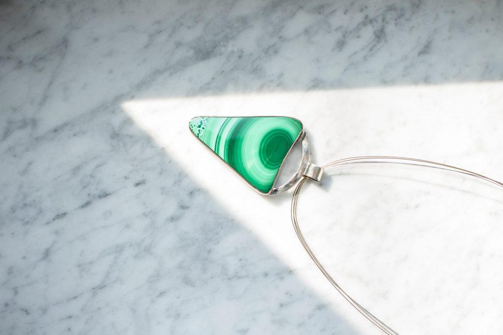 srebrny naszyjnik ręcznie robiony z kamieniem malachit
